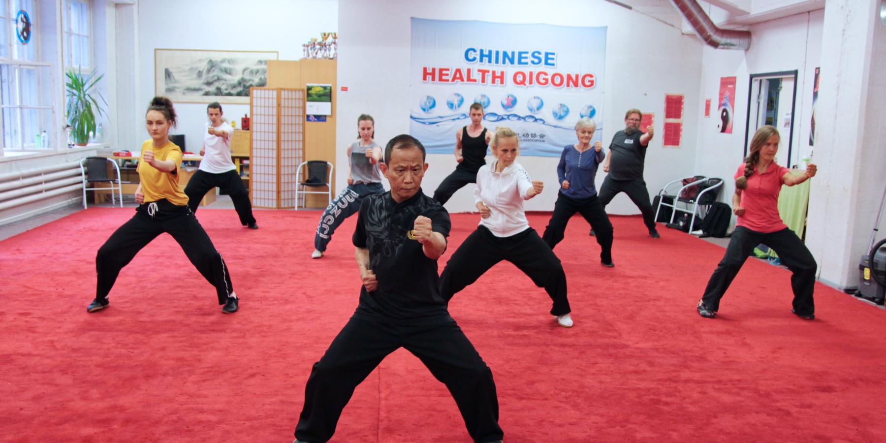 Qigongin harjoittelu tuo monipuolisia terveyttä edistäviä vaikutuksia